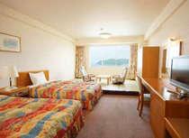 【海側ファミリールーム】ツインベット+4・5畳付36平米。4名様まで寝具をご用意させていただけます。