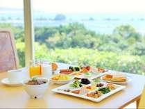 ご朝食バイキングは海を眺めながらお召し上がりください(画像はイメージです)