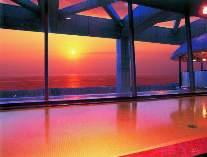 4階展望大浴場から日本海の夕陽を望む。
