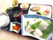朝食は『イカ刺し定食』『ホッケの開き焼き定食』『イカ飯膳』3種類からお選び頂きます。