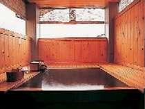 広々としたお部屋の檜半露天風呂。好きな時に好きなだけゆったりつかってください。(浴室一例)