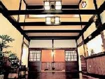 古民家を移築した和の情緒漂うロビー。合掌造りの館内は太い梁を利用した重厚感ある作り。