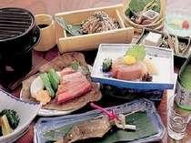 夕食はお部屋食なのでゆっくりと気兼ねなくお召し上がりください。四季折々の料理が並びます。