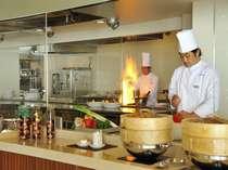 洋食・中華のオープンキッチンコーナー、シェフが腕をふるう料理の数々をお楽しみください