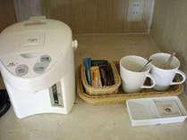 お部屋には電気ポットとティーアメニティーセットをご用意しております