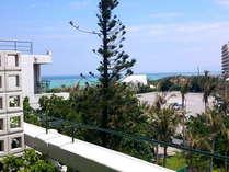 バルコニーに出ると、青い海の風景が垣間見られるお部屋※写真は一例です
