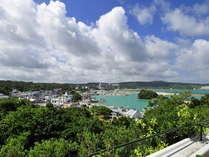 バルコニーから漁港や沖縄らしい景色が垣間見られるお部屋※写真は一例です