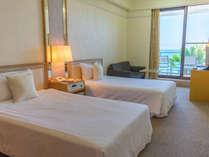 オーシャンビューツインはベッド2台が並ぶお部屋