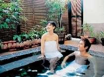 二人でのんびり混浴♪貸切風呂で寛ごう!