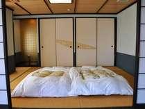 露天風呂付き客室の寝室。ふっかふかのお布団で快適な睡眠を♪