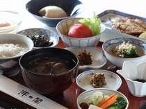 朝食~お腹にやさしい麦粥、川島のざる豆腐、呼子の干物など