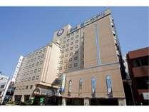 新潟駅から徒歩1分、飲食店も近くに多数あり、出張・観光にも至便です。・ホテル全景