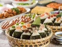 「おにぎり朝食」では、お好きなおにぎりとおかずを組み合わせてお選びいただけます。