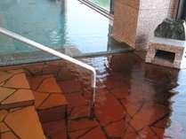 展望大浴場カンブリアの湯。海水の潮湯と海藻エキスのかじめ湯は、青と琥珀色のコントラストも楽しめます♪
