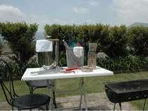 裏庭でバーベキューをお楽しみ頂けます。テーブル.イス。コンロ外小物道具も取り揃えております 。