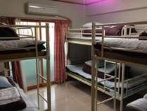 4名1室の2段ベッドです。お一人様1ベッドごとのご案内となっております。