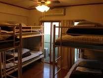 6名1室の2段ベッドです。お一人様1ベッドごとのご案内となっております。