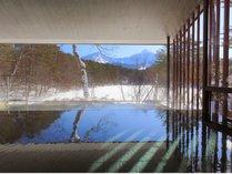 あたたかいお湯に浸かり、雪景色を眺める静かな時間。