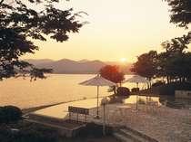 お部屋からは夕日に煌めく浜名湖がご覧になれます(イメージ)