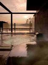 夕陽が湖に沈んでいく景色は最高!露天風呂でご覧下さい♪