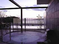 *湖を望む露天風呂。浜名湖を眺めながらゆったり癒されて♪