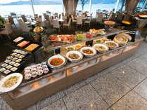 約40点の和洋料理とスイーツ。客船のメインダイニングをイメージしたレストランで。