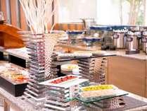 【朝食ブッフェ】180°の窓が開放的な空間を演出。たくさん食べて元気にいってらっしゃい!