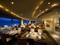 客船のメインダイニングをイメージした湖を一望できるレストラン『ラ・マレー』(夜)