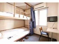 ツイン:二段ベッド部屋です。シャワー・トイレは共有となります(客室にございません)