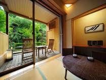 庭園露天風呂付客室【1階】客室から見た庭園とバルコニー