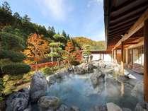 大浴場「喜久の湯」 露天風呂(秋) 10月下旬~11月初旬頃が紅葉をお楽しみいただけます。