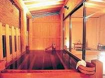 休み処を設けた貸切露天風呂は雰囲気が格別。ご家族やカップルに大好評です。