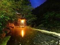 当館名物!野天風呂 仙郷湯(混浴)夜間はライトアップいたしております。23時に消灯いたします。