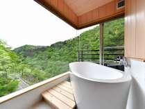 2018年5月にリニューアルした、高層階角部屋の内風呂。ガラス張りで抜群の景色です。温泉内風呂付8畳和室