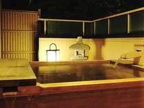 檜の香り漂う客室露天風呂。源泉かけ流し、24時間ご利用頂けます。朝夕違った趣をお楽しみください。