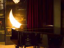 食後には、ロビーラウンジで毎日開かれるピアノコンサートへどうぞ。至福の時間をお過ごしください。