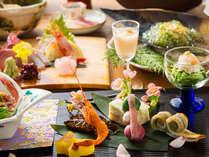 見るのも楽しい美しい懐石料理に心奪われる。五感で愉しむ加賀の伝統懐石を贅沢にご堪能下さい。