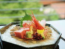 ダイニングルームでは服部神社の新緑を眺めながらお食事をどうぞ。