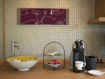 「古代紫or萌木色」ダイニングカウンター。アメニティにもこだわった気品あるお部屋です
