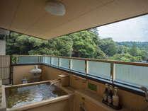 ひのき露天風呂:お部屋内には檜造りの露天風呂を完備。美しい景色をお楽しみくださいませ。