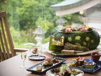 旬の趣にあふれたお料理。吟味を重ねた多彩な加賀の味覚をお楽しみください。