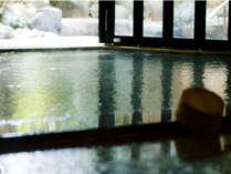 湯質自慢の大浴場。奥の扉をあけ放つと露天風呂へつながっています。