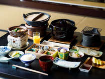 朝食は、地元契約農家から仕入れる石川県産のコシヒカリと地元食材を活かしたメニューをご用意いたします。