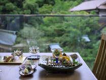 外の景色を楽しみながらのご夕食。古代紫or萌木色ダイニングルーム。