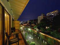 薬王院や古総湯を眺めながらテラスで夕涼みをお楽しみいただけます。