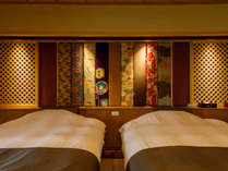 コンセプトルーム「萌木色」と「古代紫」の露天風呂付客室。和ベッドを配し、心地よさも兼ね備えました。