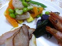 地物や新鮮野菜が楽しめる盛り合わせプレート(一例)。メインの牛肉料理、デザートと共に。