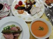 夕食は牛肉料理をメインに、魚や鶏に野菜も多めのデリカ風の盛り合わせの皿等。手作りデザートも。