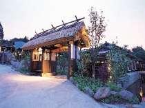 【玄関】藁葺き屋根は昔懐かしい雰囲気です
