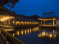 【施設】水面に浮かぶ神楽殿とお食事処